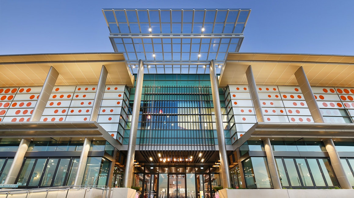 Maxis high-power linear floodlight in application, installed on the facade of Chadstone shopping centre. The fashion capitals sofits are vibrantly illuminated using a rich 2700k colour temperature and oval optics.