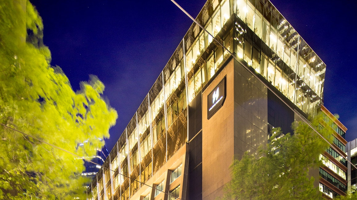 Illumination to the façade of the Holding Redlich Building in Bourke Street, Melbourne. 5-meter-long custom Beam was mounted as fin-like luminaries that point towards the glass, and arepositioned all around the crown of the building.