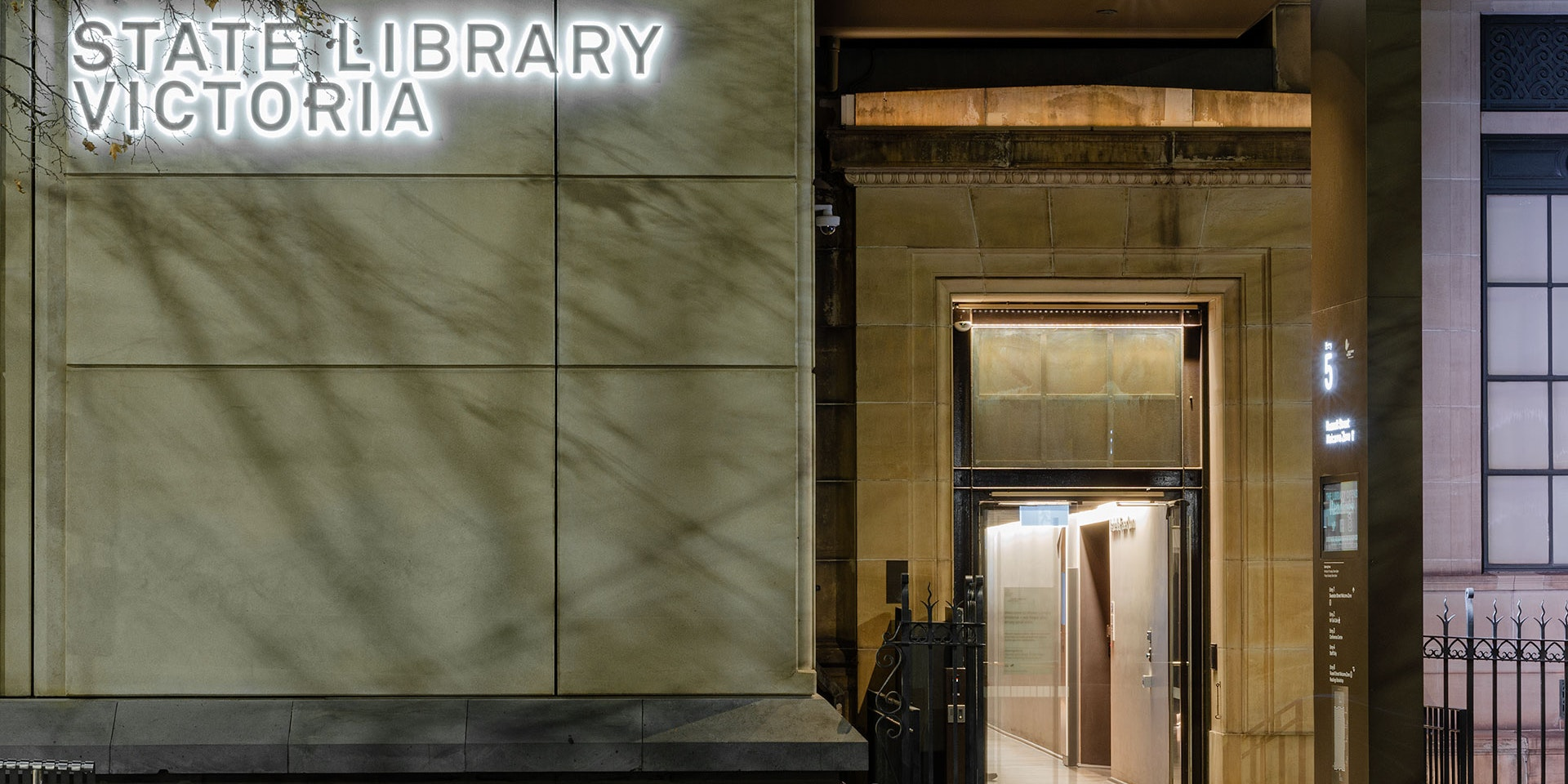 Max Mini IP LED luminaire in application. Discreet Max Mini IP linear floodlights highlight the façade at Melbourne State Library of Victoria. Close up on side entrance and the