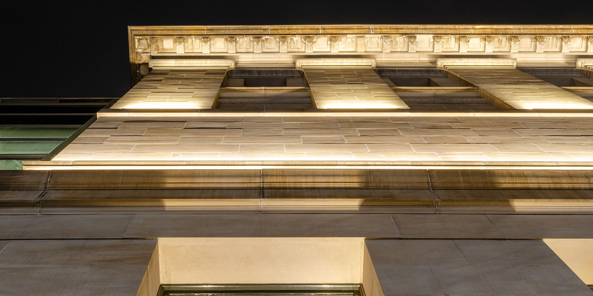 Max Mini IP LED luminaire in application. Discreet Max Mini IP linear floodlights highlight the façade at Melbourne State Library of Victoria.
