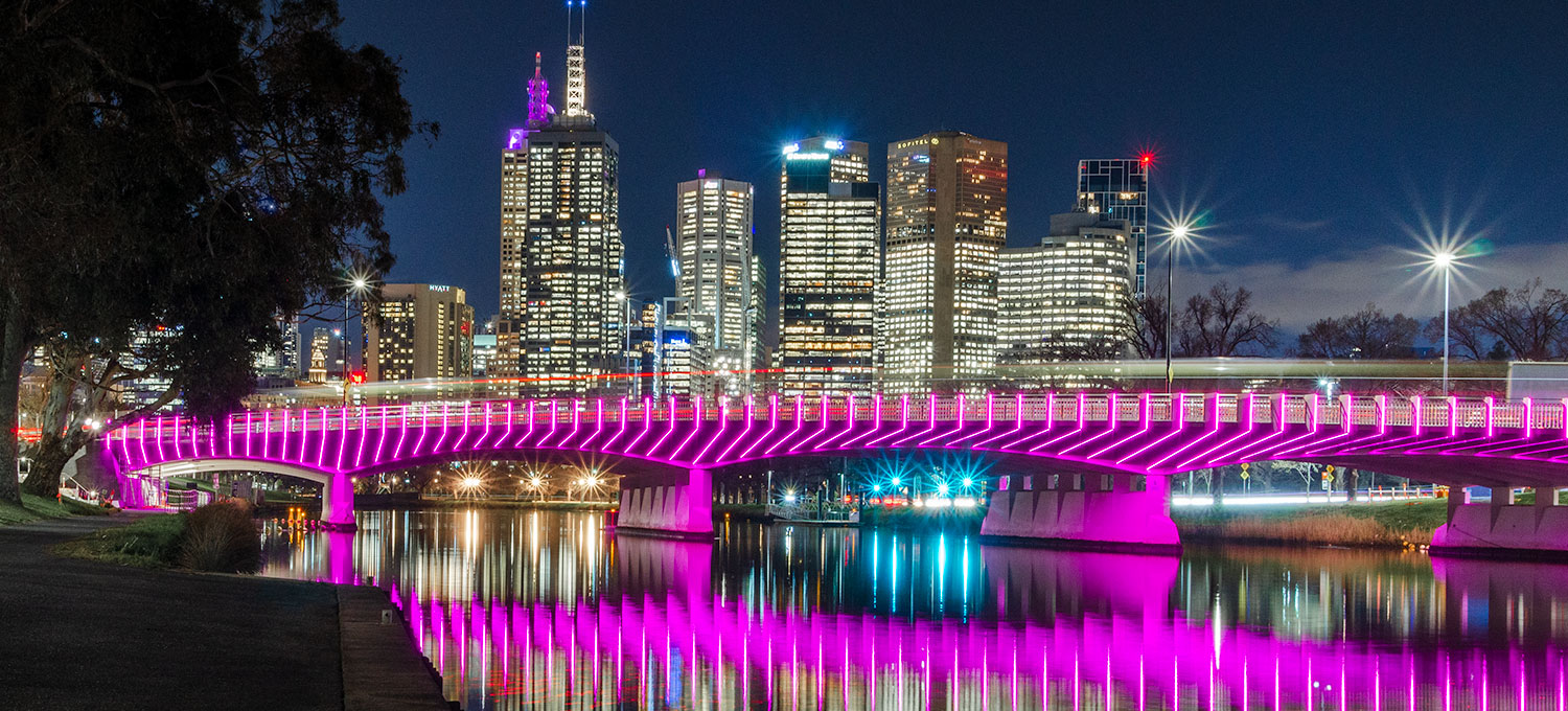 Swan Street Bridge is a vital gateway linking Melbourne's CBD with its sporting precinct. The design utilizes a custom Slim strip in a unique, rich pink colour, integrated into each of the 174 fins jutting out of the structure.